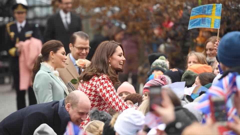 Kate Middleton y el príncipe William saludan a un grupo de fanáticos a su llegada al Instituto Karolinksa  en Solna, Suecia. (Foto: Henrik Montgomery/TT via AP)