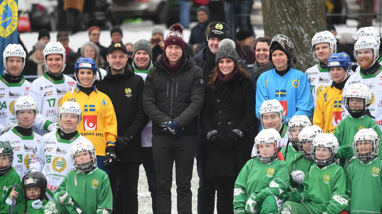 William y Kate, muy abrigados, posan con un grupo de jóvenes del club deportivo Hammarby, donde se practica el bandy, un juego similar al hockey sobre hielo, en Suecia. (Foto: Jonas Ekstromer/TT via AP)