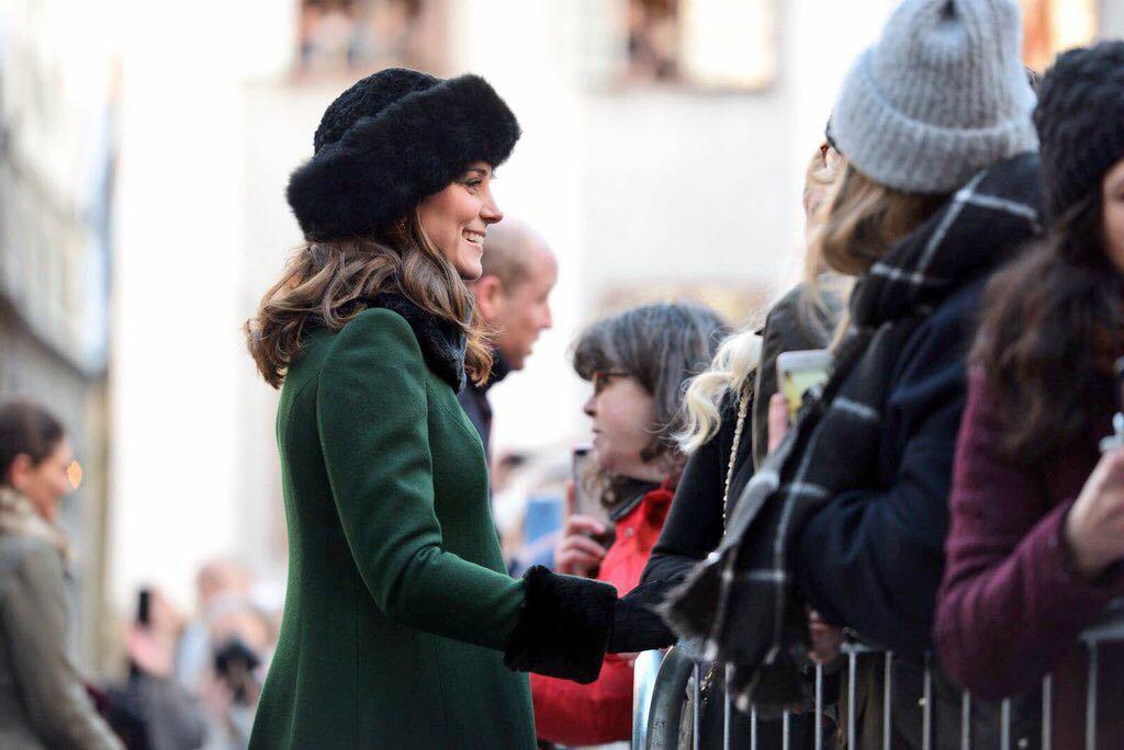 Kate Middleton, saluda a su llegada al Museo Nomel en la Ciudad Vieja de Estocolmo. (Foto: Jonas Ekstromer/TT via AP)