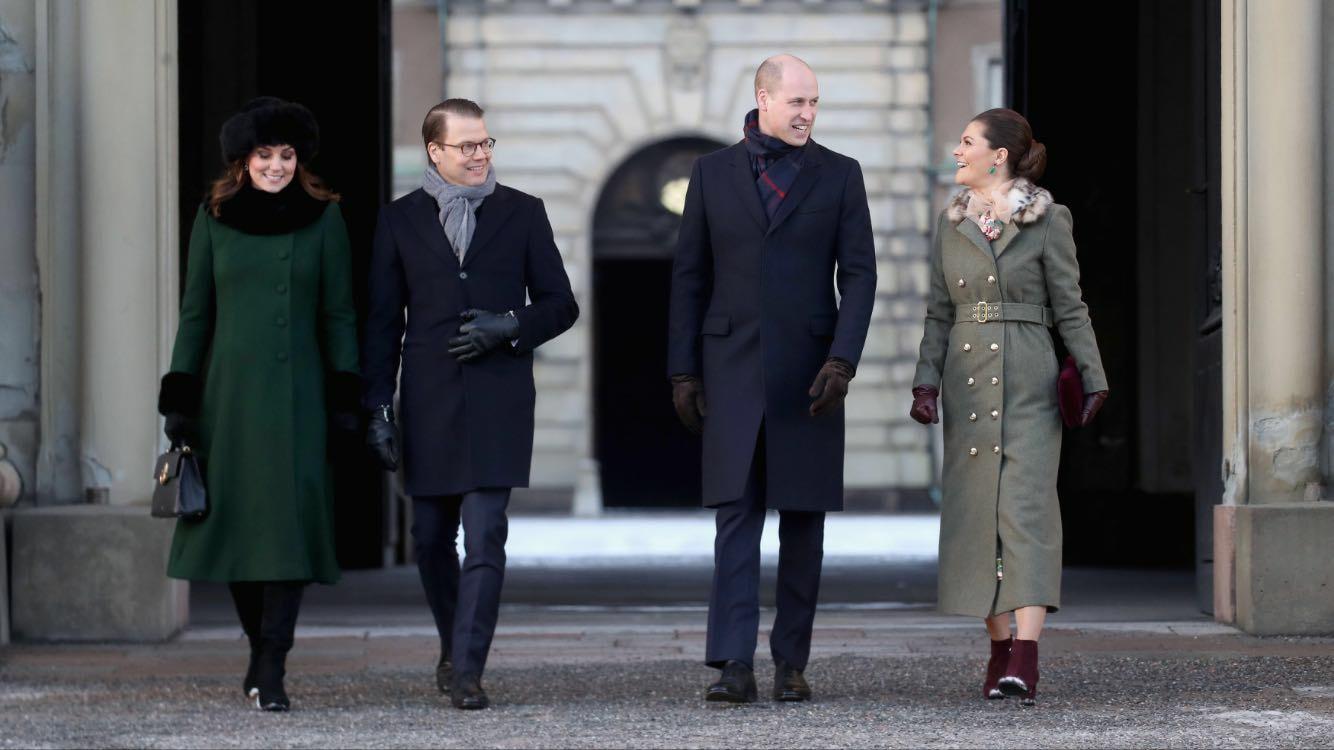 El príncipe William,  Kate Middleton, la princesa Victoria y su esposo el príncipe Daniel, durante su visita a la Ciudad Vieja de Estocolmo. (Foto: Jonas Ekstromer/TT via AP)