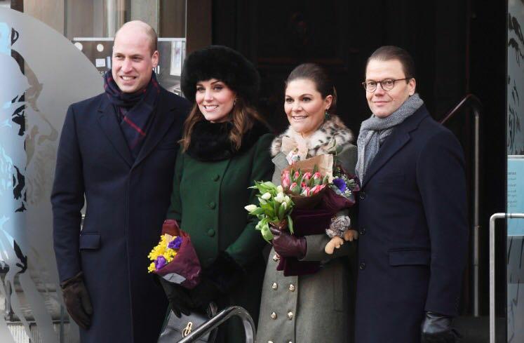 El príncipe William,  Kate Middleton, la princesa Victoria y su esposo el príncipe Daniel  posan antes de entrar en el Museo Nomel en la Ciudad Vieja de Estocolmo. (Foto: Jonas Ekstromer/TT via AP)