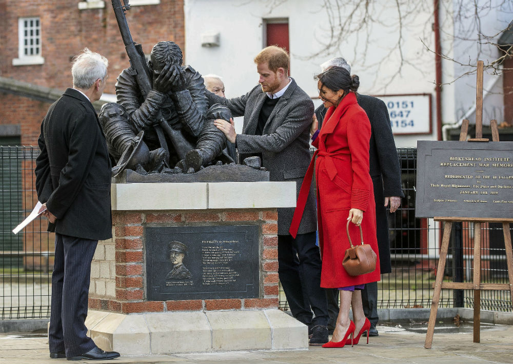La pareja visitó una nueva escultura en la plaza Hamilton dedicada a la conmemoración del centenario de la muerte de Wilfren Owen. (AP)
