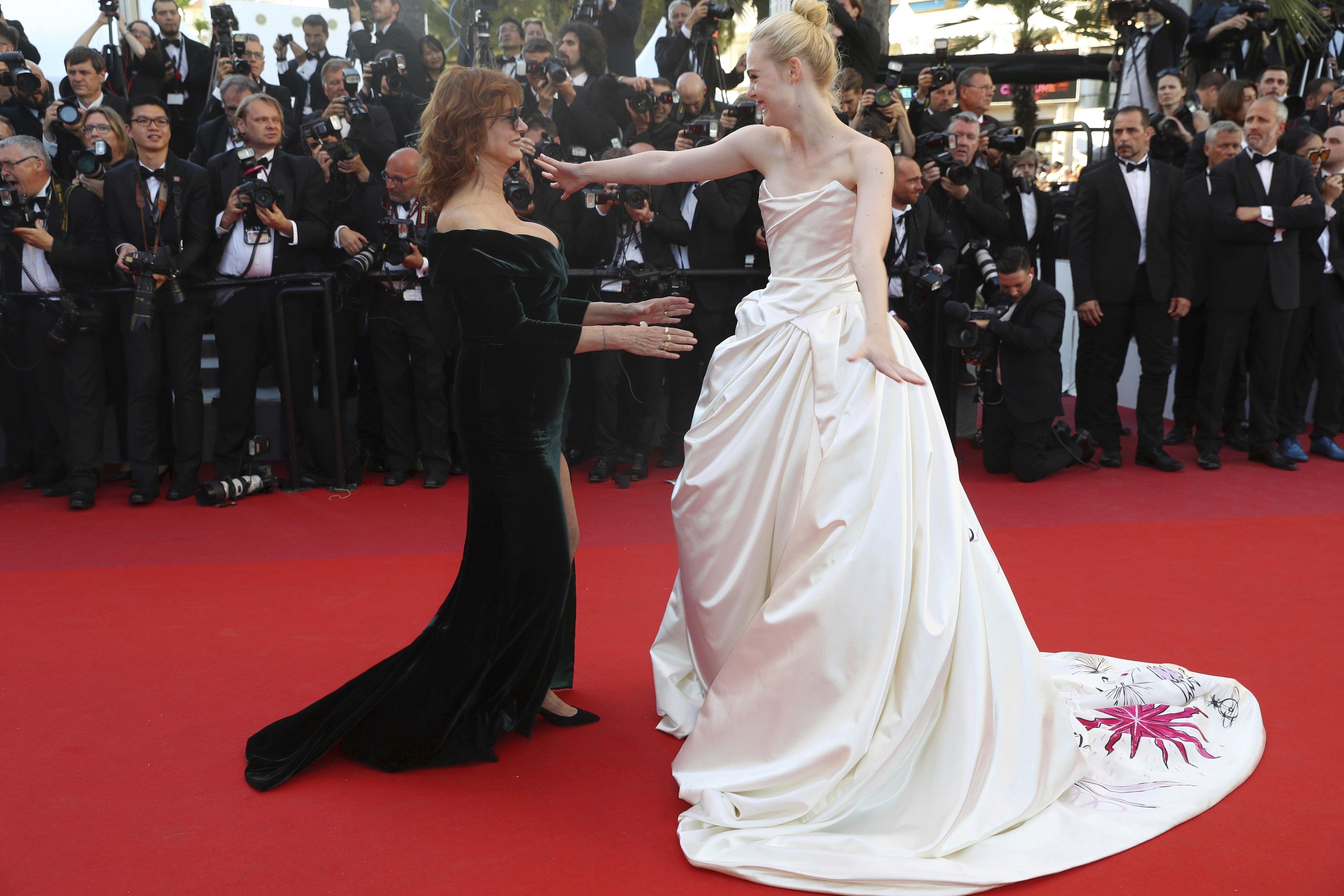 Susan Sarandon en Alberta Feretti y Elle Fanning en Vivienne Westwood Couture. (AP)