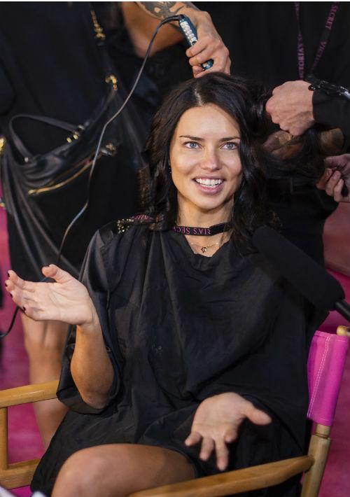 Una de las modelos de más trayectoria en las pasarelas de Victoria's Secret, Adriana Lima. (AP)