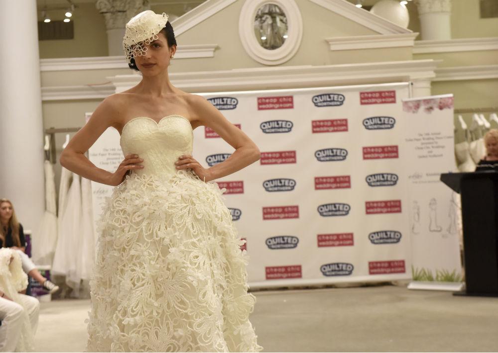 Solo se podía utilizar papel higiénico, cinta adhesiva, pega o hilo y aguja para crear el vestido de novia y los accesorios. (AP)
