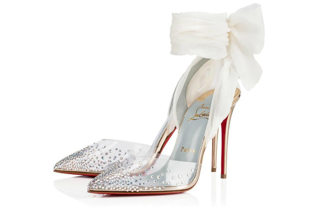 """Plástico y brillante. Se revitalizan los estilos básicos, como el zapato de salón puntiagudo. Superficies cubiertas de joyas de imitación ofrecen """"looks"""" de máximo impacto. (Christian Louboutin)"""