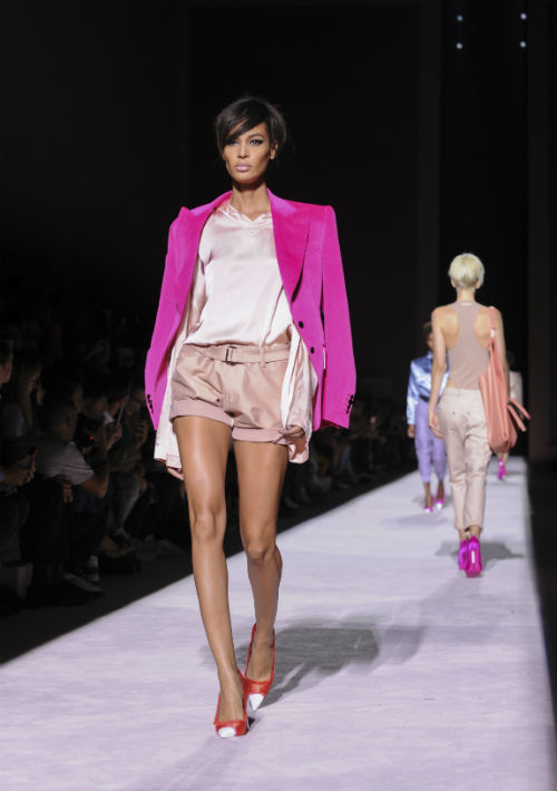 Joan Smalls modela para Tom Ford. (Foto: AP)