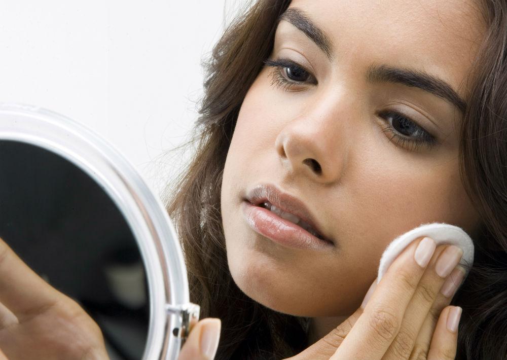 No olvides mantener el tónico como parte importante de tu rutina diaria. La esteticista Katy González explica que este producto balancea el ph a la piel luego de la limpieza, mientras ayuda a neutralizar y refrescar la piel además de sellar el poro. (Foto: Archivo)