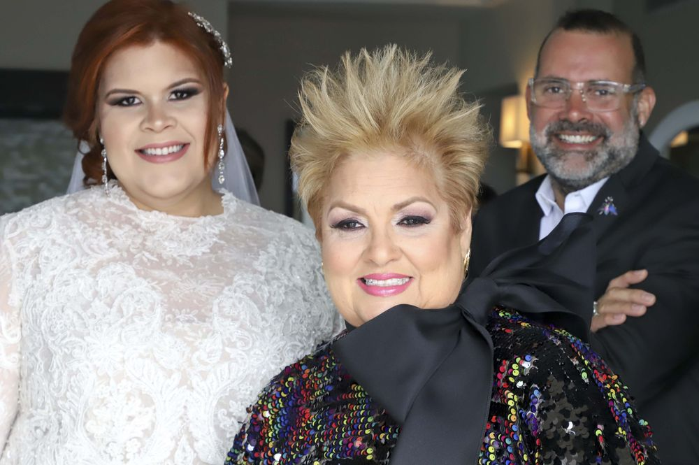 La novia vistió una creación en encaje diseño de David Antonio, en la foto, junto a la novia y su madre, la galerista Sylvia Villafañe.