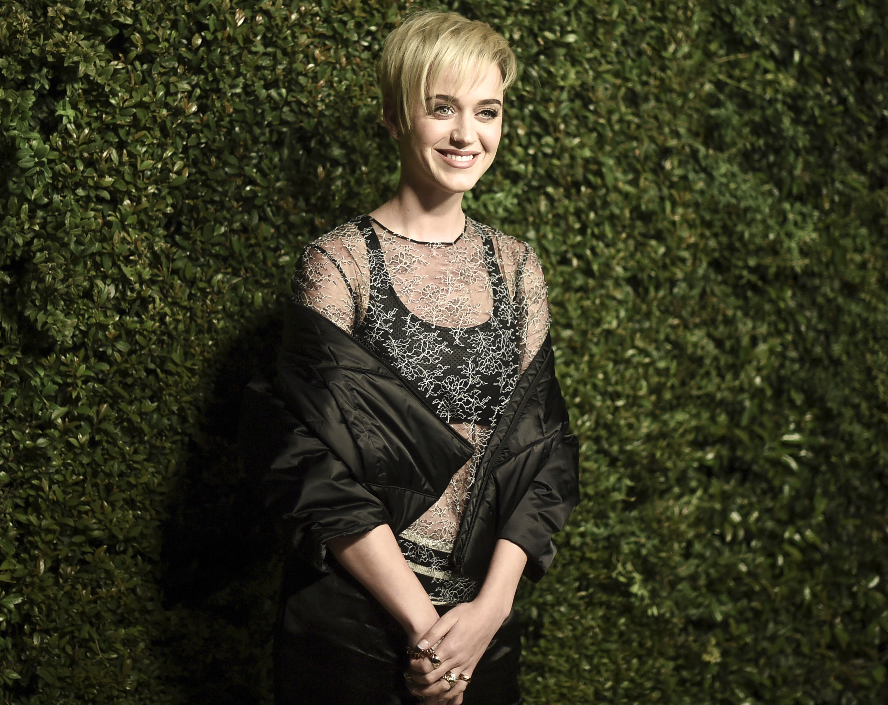 """Su """"look""""más reciente: rubia y con el  pelo corto. En la foto, la cantante  anoche a su llegada a una cena de la línea Chanel en California. (Richard Shotwell/Invision/AP)"""