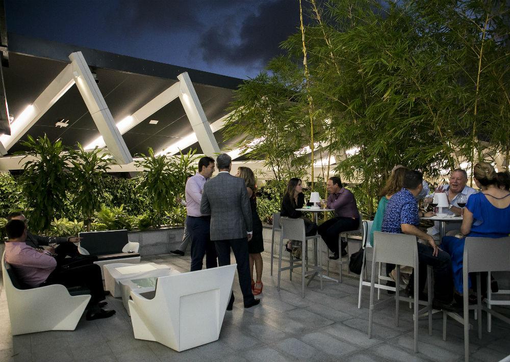 El diseño del edificio, a cargo del arquitecto Segundo Cardona hilvana una ambientación acogedora que provoca la socialización con un toque cosmopolita. (Suministrada)