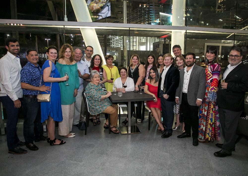 Los invitados disfrutaron de vinos espumoso, blanco y tinto. En la foto, la familia Gavilanes. (Suministrada)