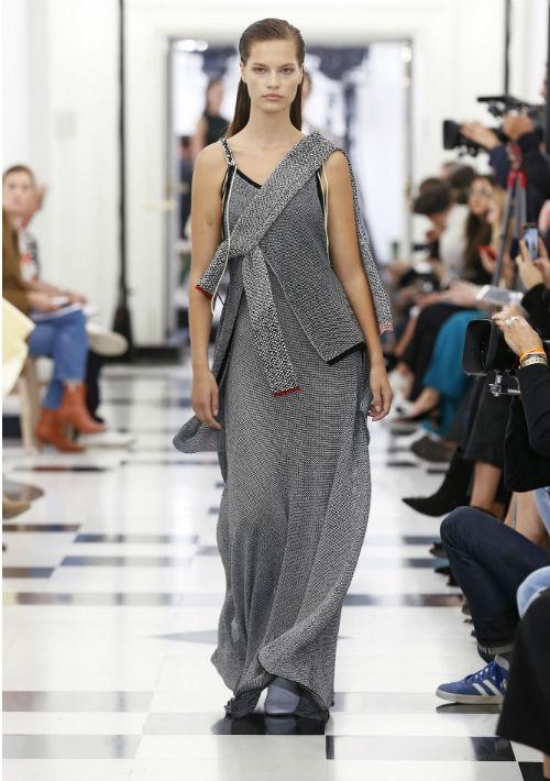 La colección presentó varios de sus estilos distintivos como lo son los trajes minimalistas, cortes masculinos, pantalones de pierna ancha y vestidos con la espalda al descubierto. (Toadas las fotos de la colección: WGSN)