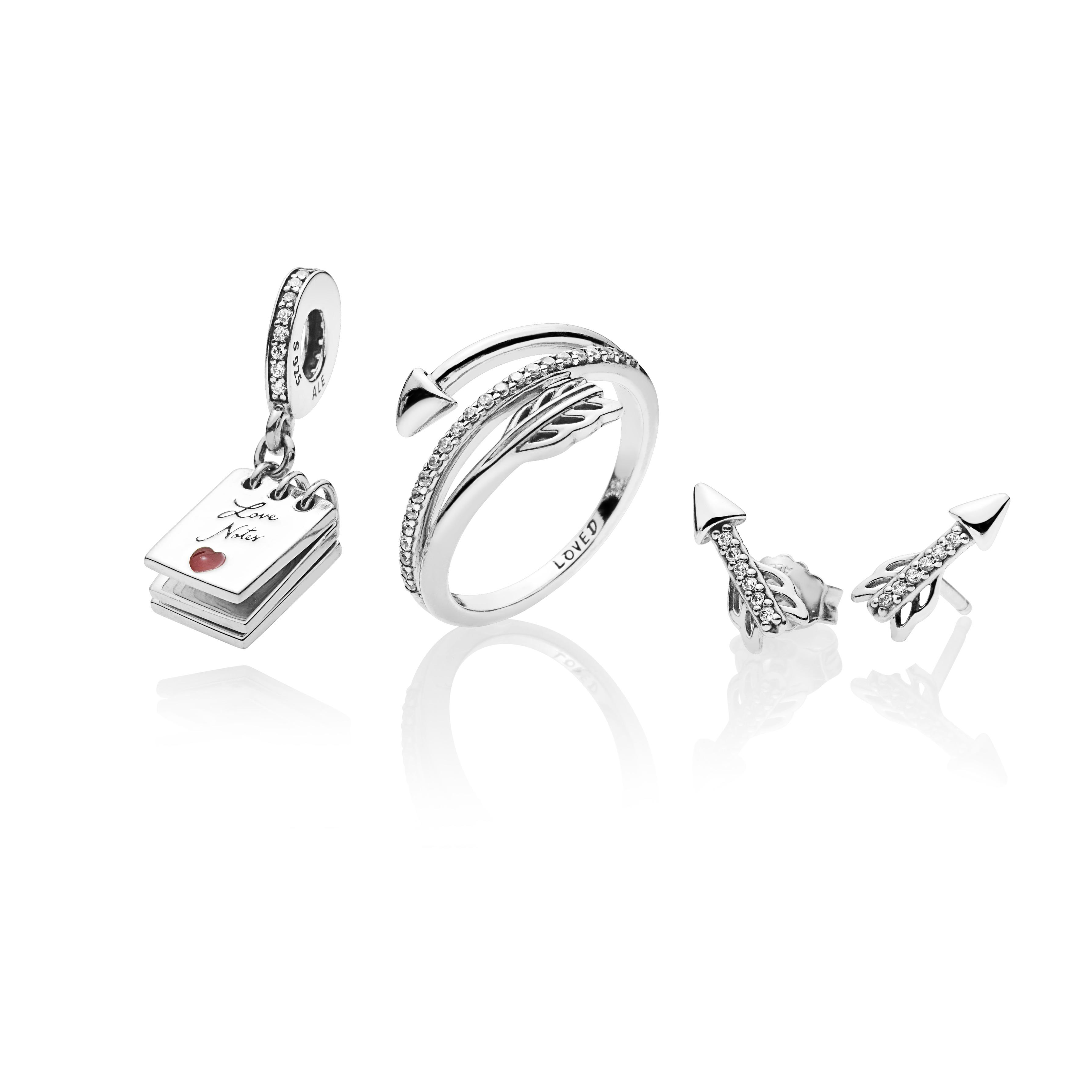 De la colección de Pandora exclusiva para San Valentín,  sortija y pantallas Sparkling Arrow, si quieres hacer de Cupido. Charm de Love Notes en plata esterlina y zirconia.