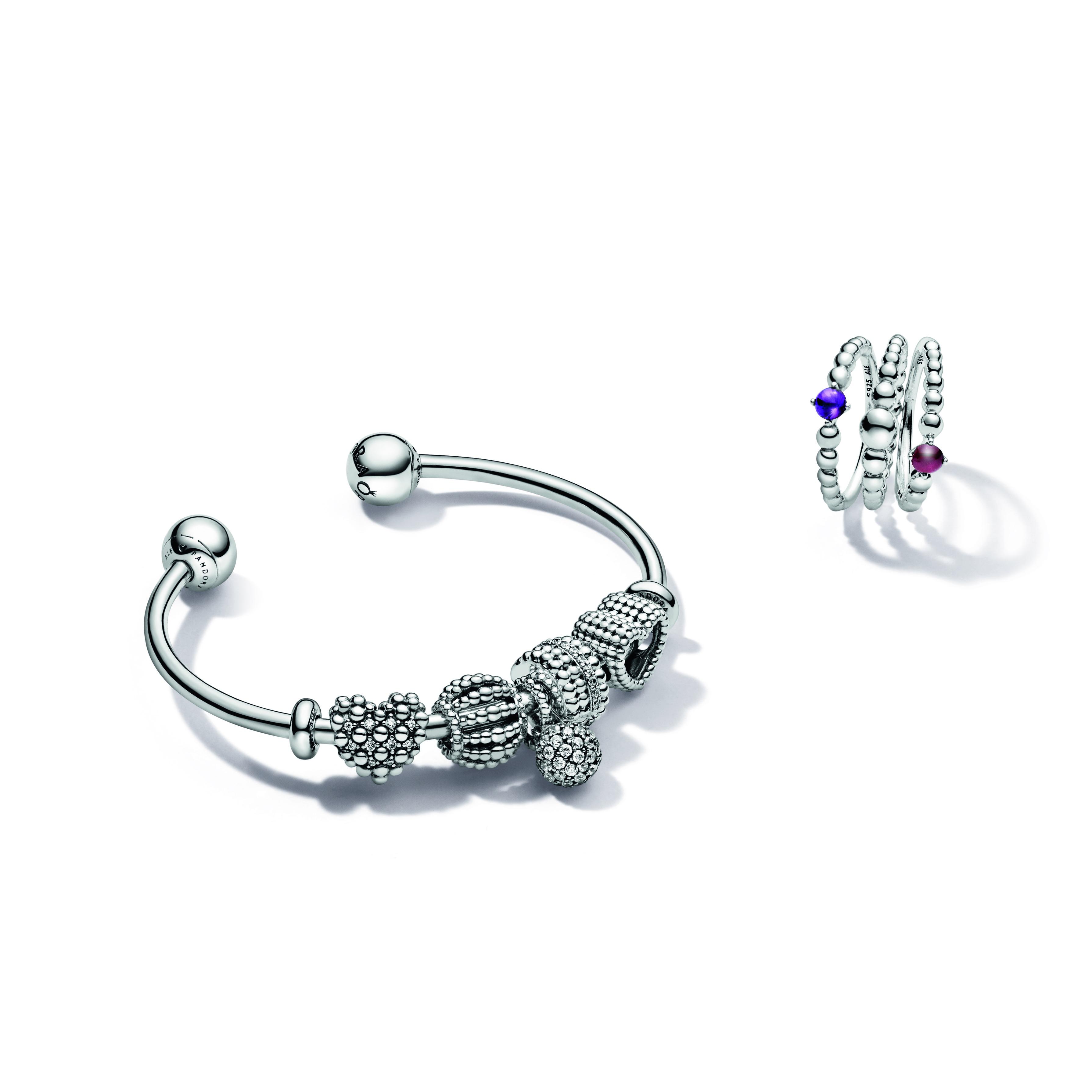 Variedad de brazaletes y cadena de Pandora. (Suministrada)