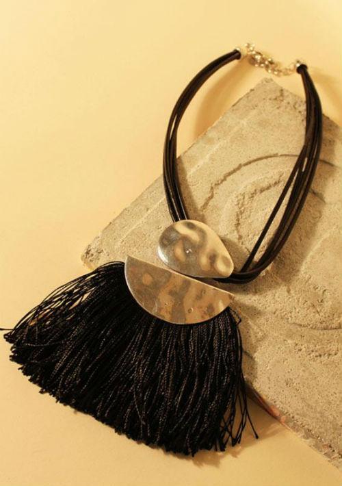 Collar con medallón dorado y detalles de flecos negros, de Valijagitana.com (Foto: Captura)