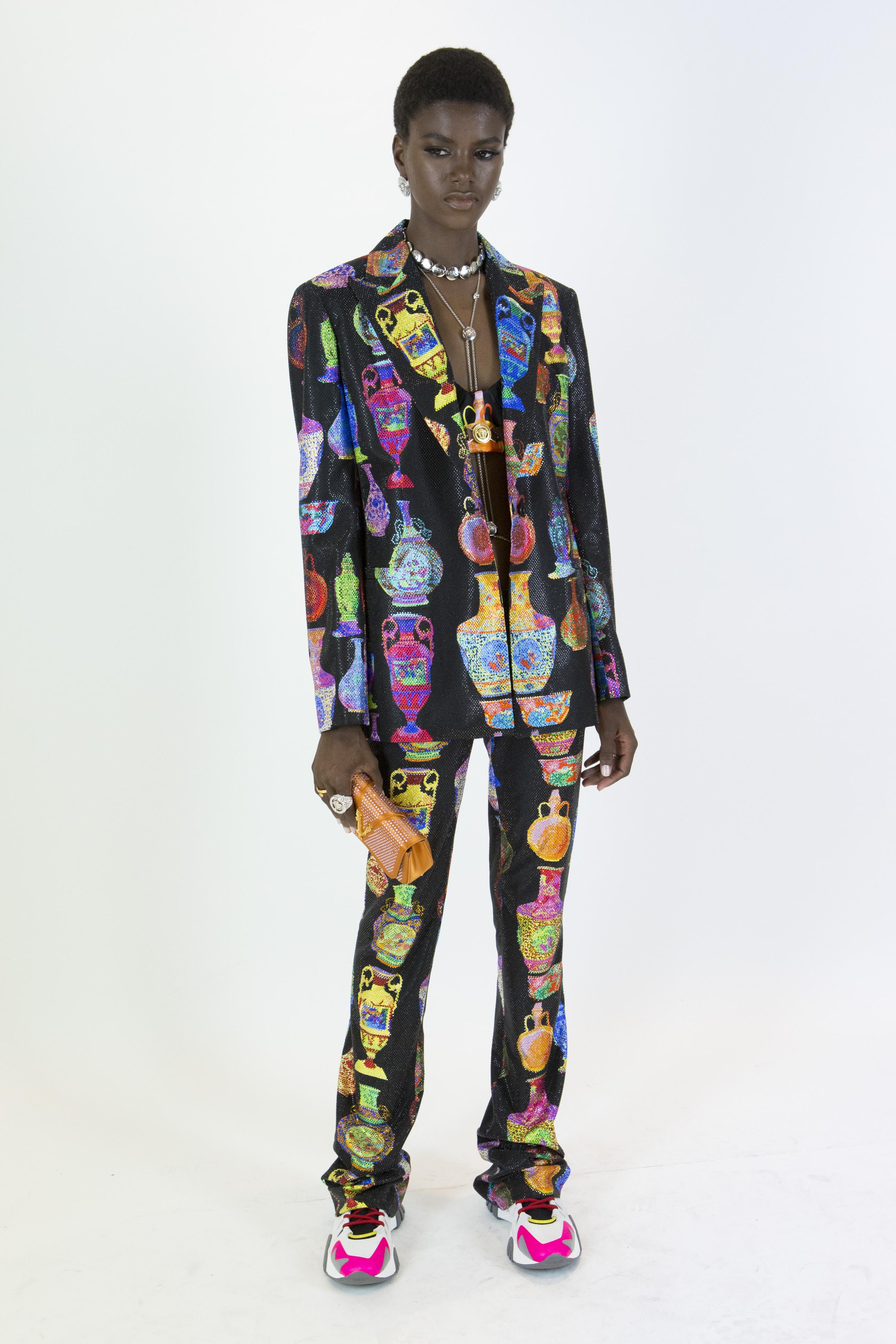 """Hay ocasiones en las que quieres llamar la atención desde que llegas a un lugar. En estos casos, Versace sugiere un """"suit"""" en colores y estampados vibrantes combinados con un par de tenis. ¿Te atreves a inspirarte en este """"look""""? (WGSN)"""