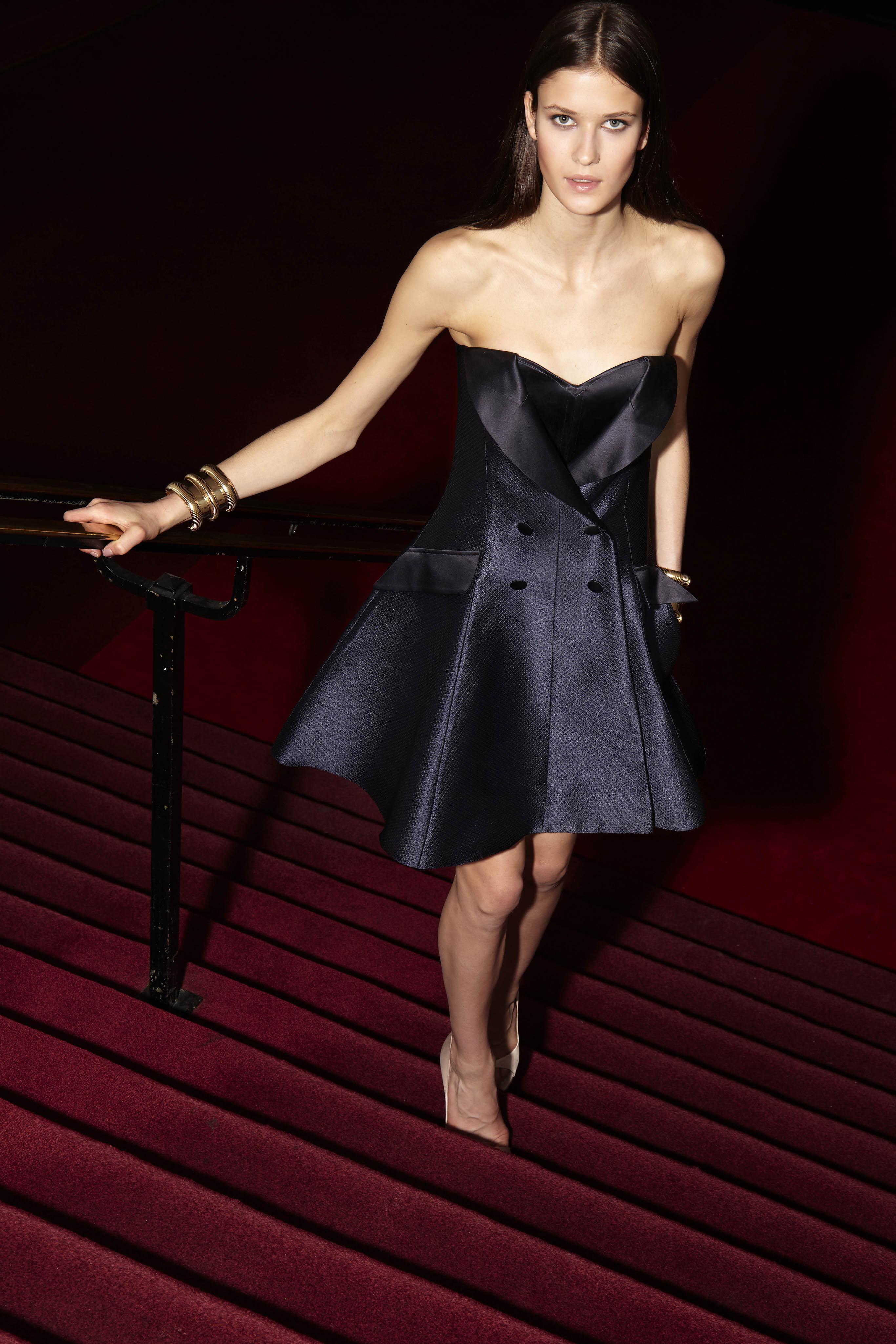 Alexis Mabille propone un profundo escote y falda corta para este exquisito diseño de coctail. Foto: WGSN.