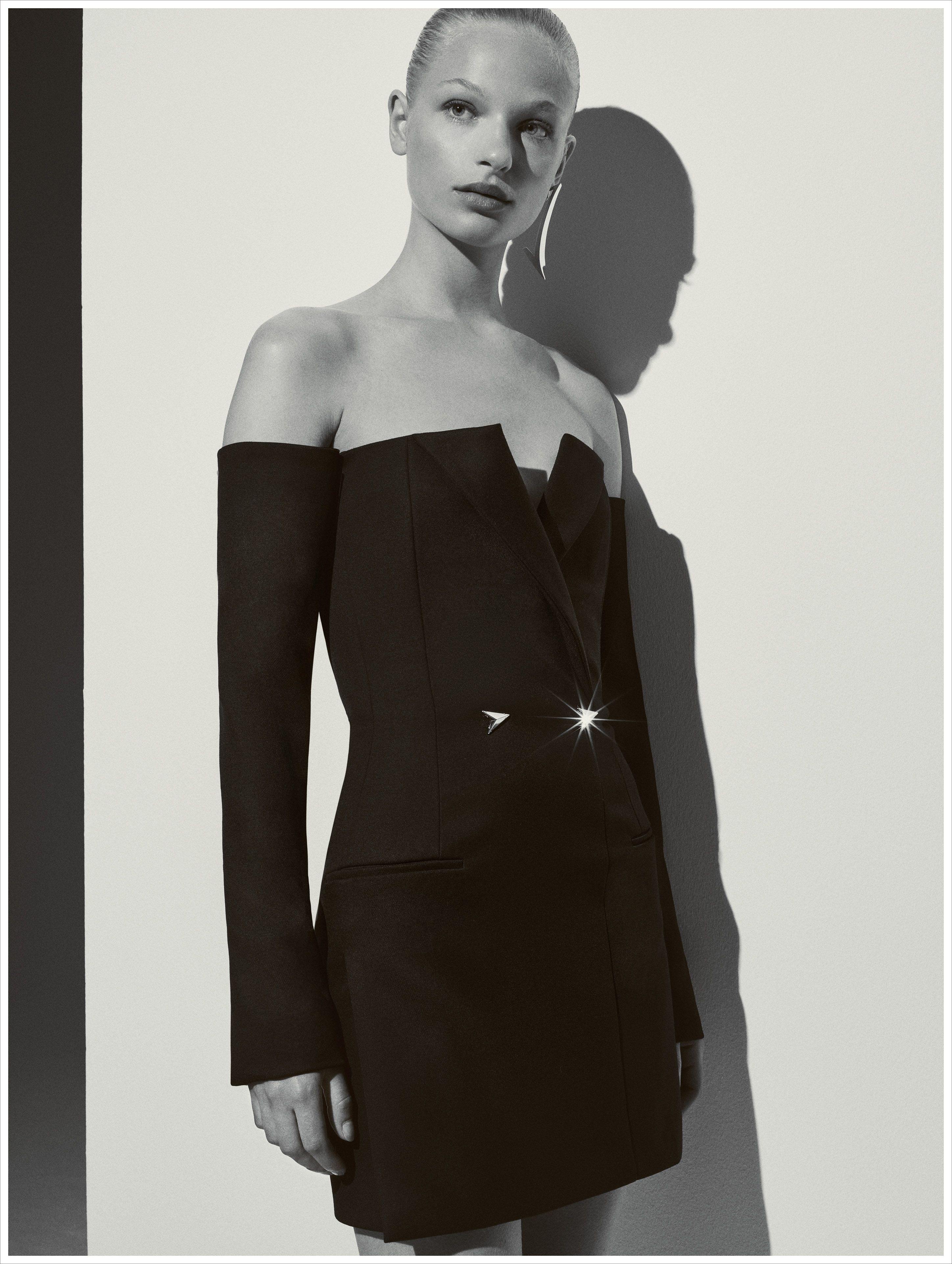 Mugler destella sensualidad en este diseño de hombros descubiertos y escote simétrico. Foto: WGSN.
