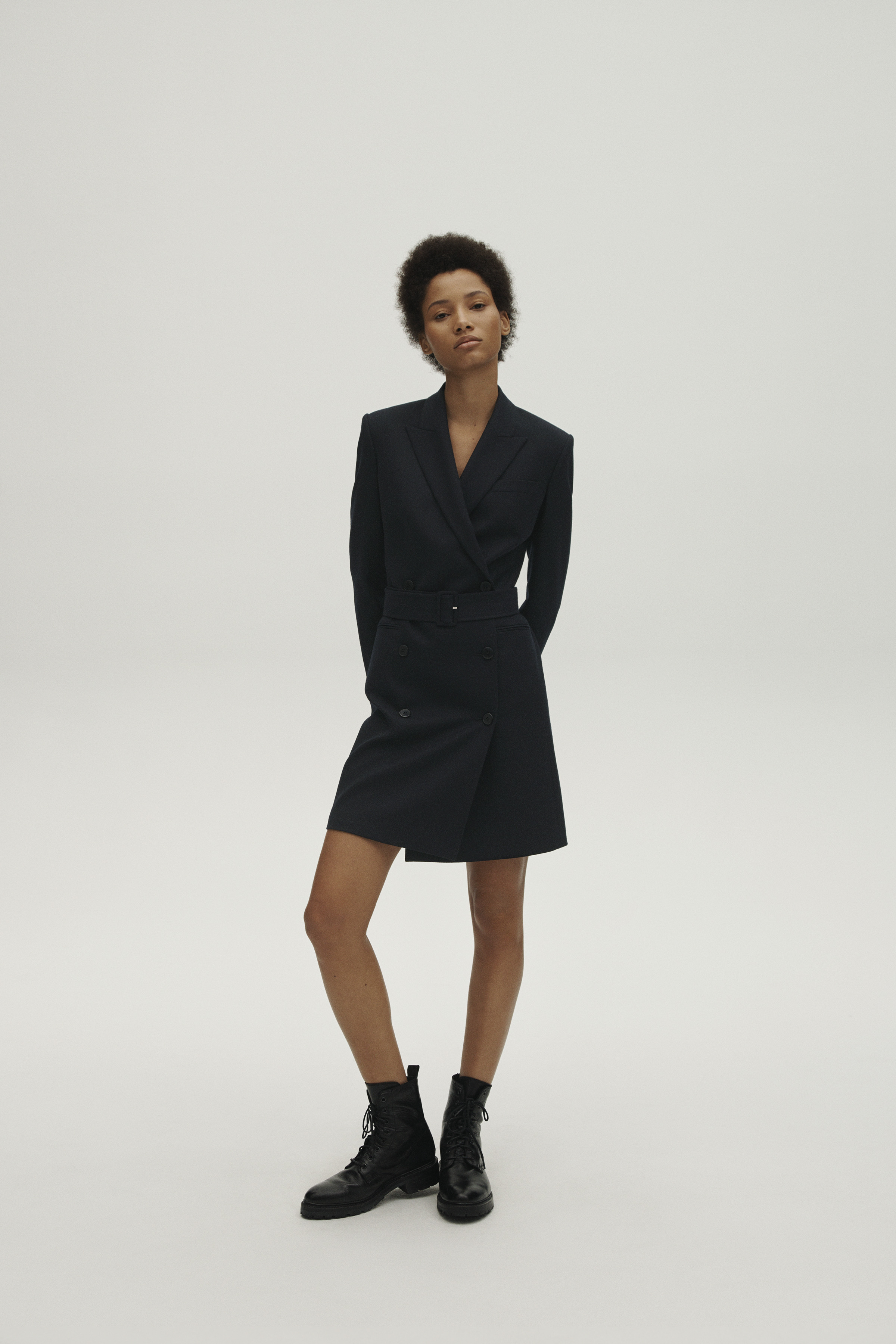 Theory propone este diseño inspirado en los sacones de invierno para el clásico vestido negro. Foto: WGSN.