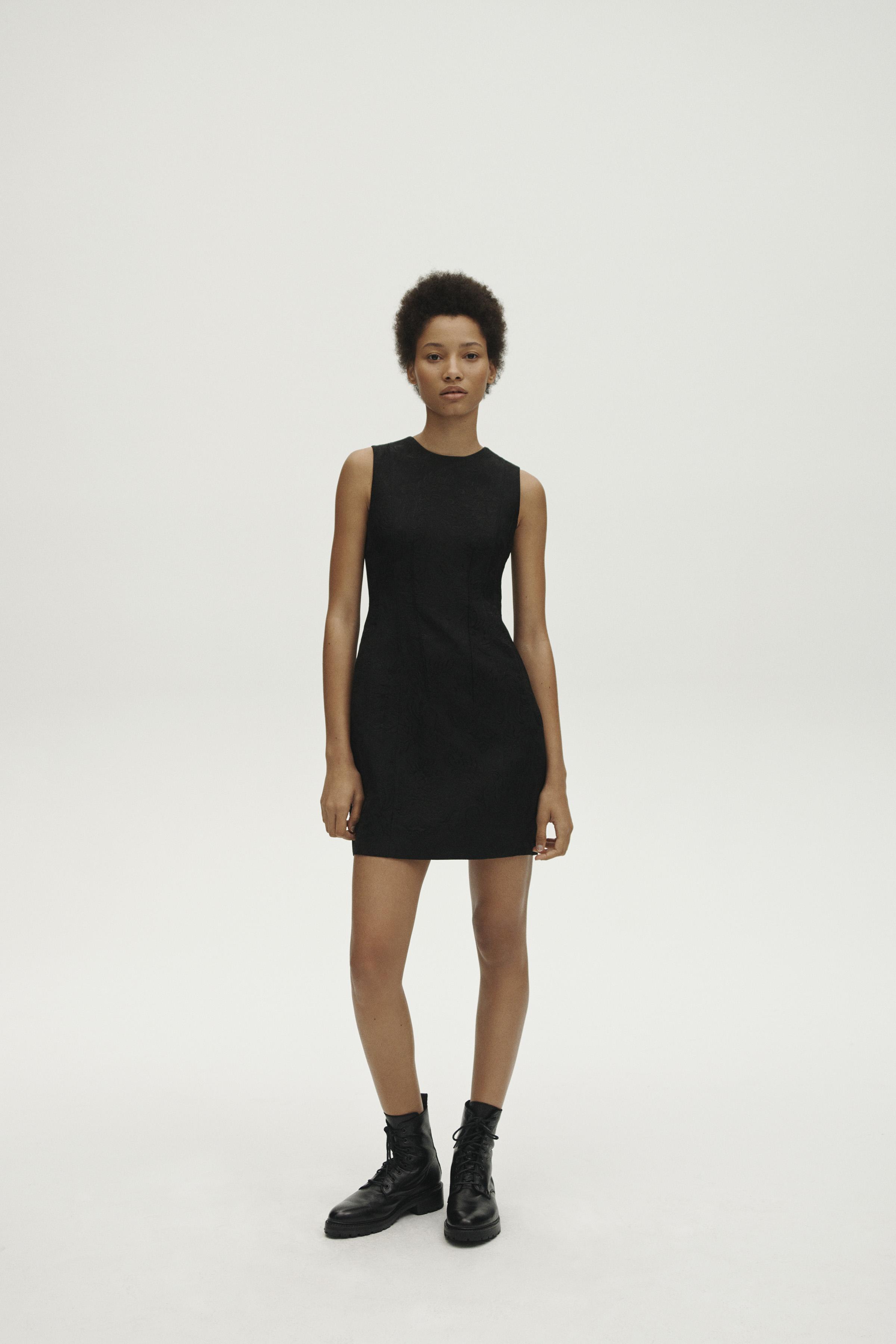 Un modelo que nunca falla: vestido corto y sin mangas negro, ideal para jugar con accesorios. Es un diseño de Theory. Foto: WGSN.