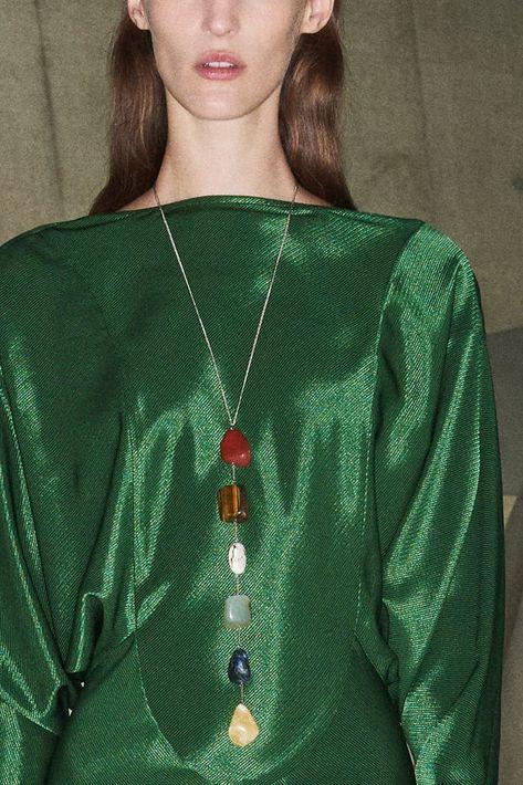 El lariat, ese collar bohemio con una forma no tradicional, llegará con fuerza en otoño. Victoria Beckham (WGSN)