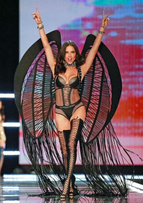 La modelo brasileña Adriana Lima presenta una creación de Victoria's Secret durante el desfile anual de la marca en Shanghai (China). (EFE/EPA)