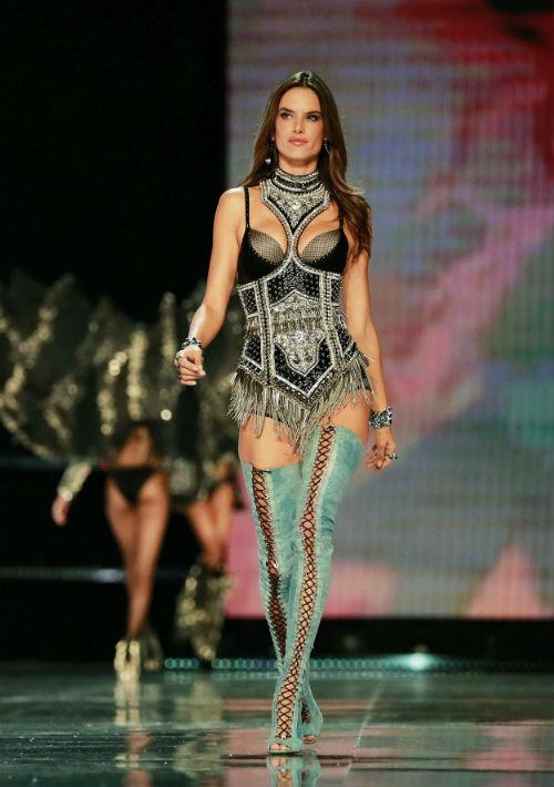 La modelo brasileña Alessandra Ambrosio presenta una de las creaciones de Victoria's Secret durante el desfile anual de la marca en Shanghai (China) el 20 de noviembre de 2017. (EFE/EPA)