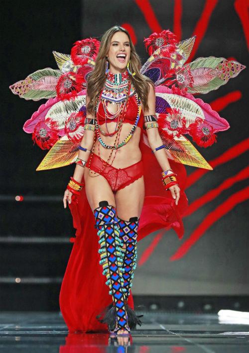 La modelo brasileña Alessandra Ambrosio desfila durante el Victoria's Secret Fashion Show 2017 el lunes 20 de noviembre de 2017, en Shanghái (China). (EFE/EPA)