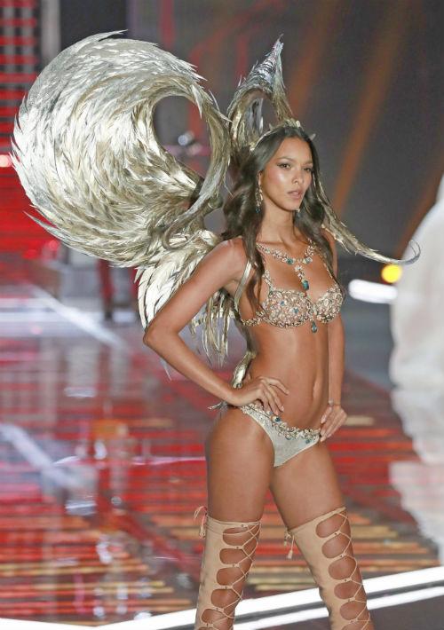 La modelo brasileña Lais Ribeiro luce el Fantasy Bra, durante el desfile de Victoria's Secret Fashion Show 2017 el 20 de noviembre de 2017, en Shanghai (China). (EFE/EPA)