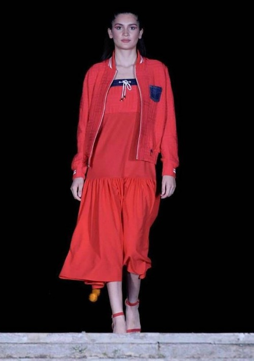 Las creaciones de los modistas engalanaron el Parque Luis Muñoz Rivera con vestidos de color rojo. (Foto Suministrada)