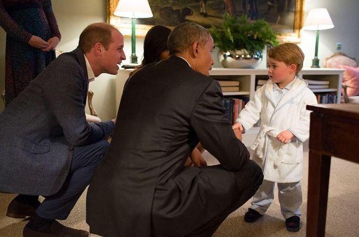 El príncipe George sabe cómo hacer una primera impresión. Cuando conoció al entonces presidente de los Estados Unidos, Barack Obama, lo hizo en bata, pantunflas y su cara de desinteresado.(Instagram/ @kensingtonroyal)