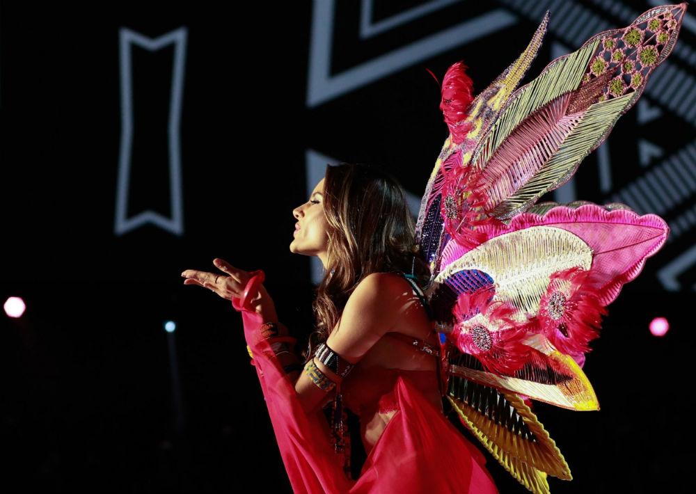La modelo brasileña Alessandra Ambrosio presenta una creación de Victoria's Secret durante el desfile anual de la marca en Shanghái. (EFE/ Sherwin)