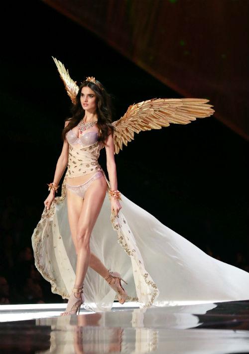 El desfile tuvo representación española con la modelo Blanca Padilla, quien lució sus alas por segunda ocasión, esta vez doradas al estilo de una diosa griega. (EFE/ Sherwin)