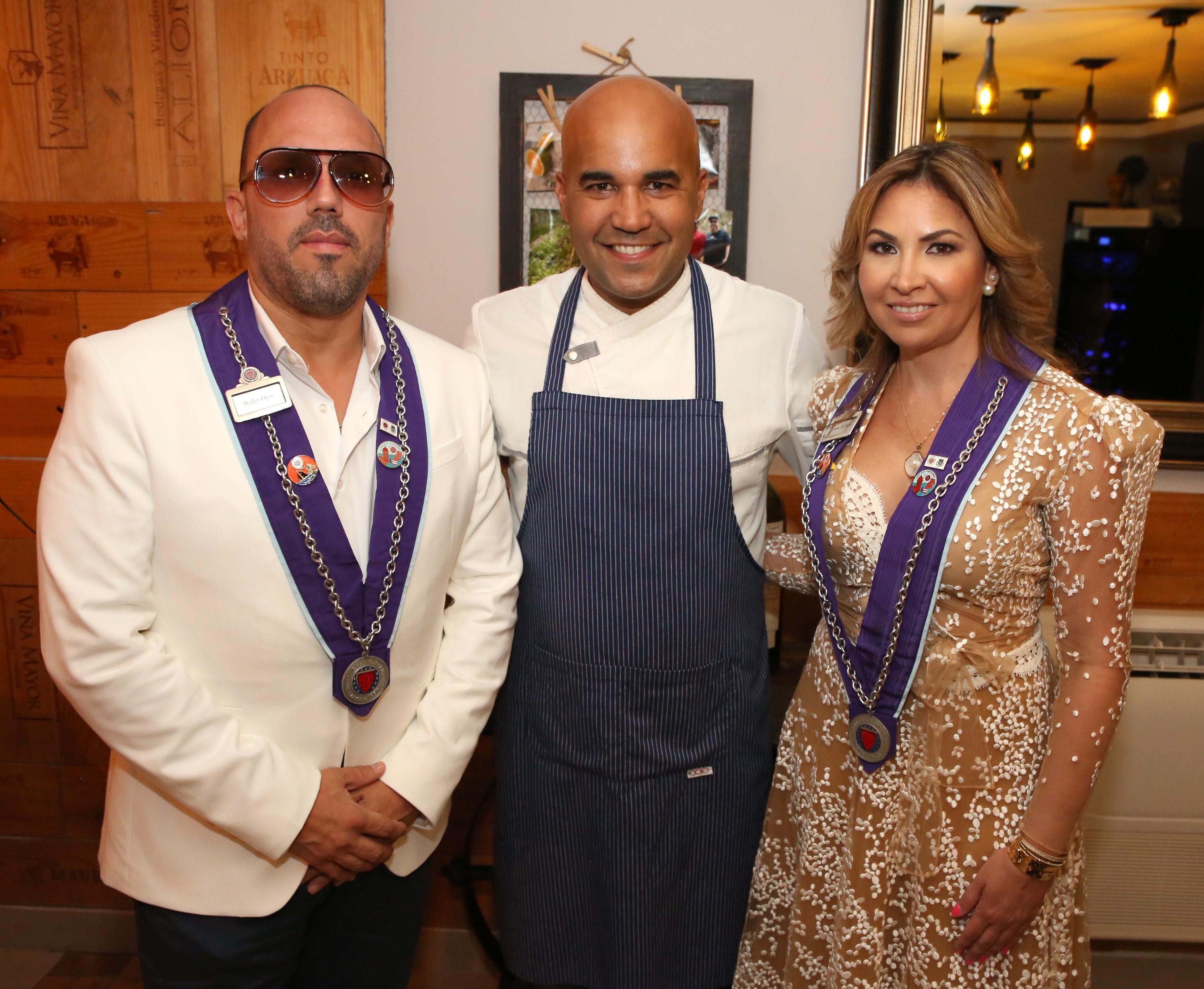 Walter Otero y Anna Di Marco, anfitriones de la velada, junto al chef Piñeiro. Foto suministrada.