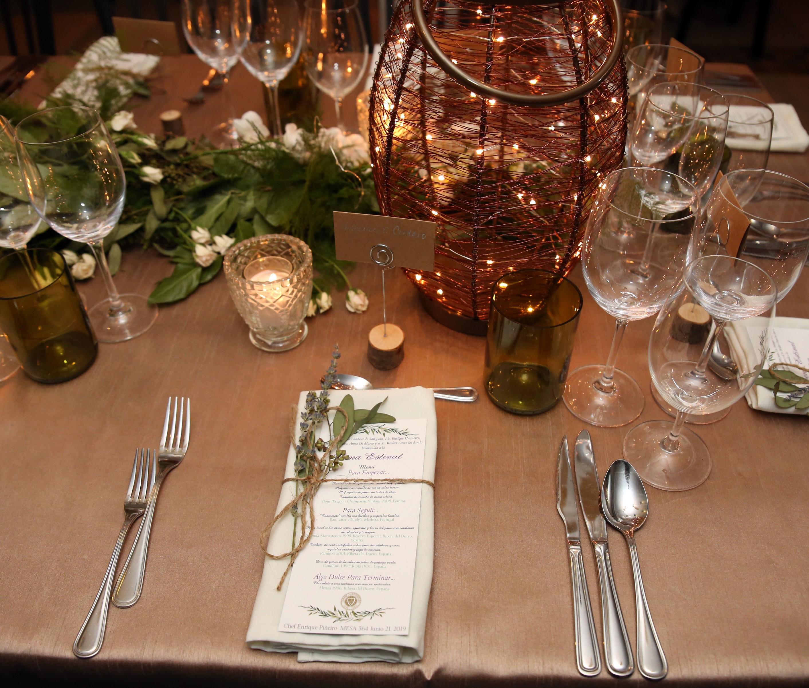 La ambientacion a cargo de Akua con tema rústico chic. Lámparas de cobre, velas, lavandas y orquídeas blancas decoraron el espacio como en una celebración al aire libre en el verano de Provenza. Foto suministrada.