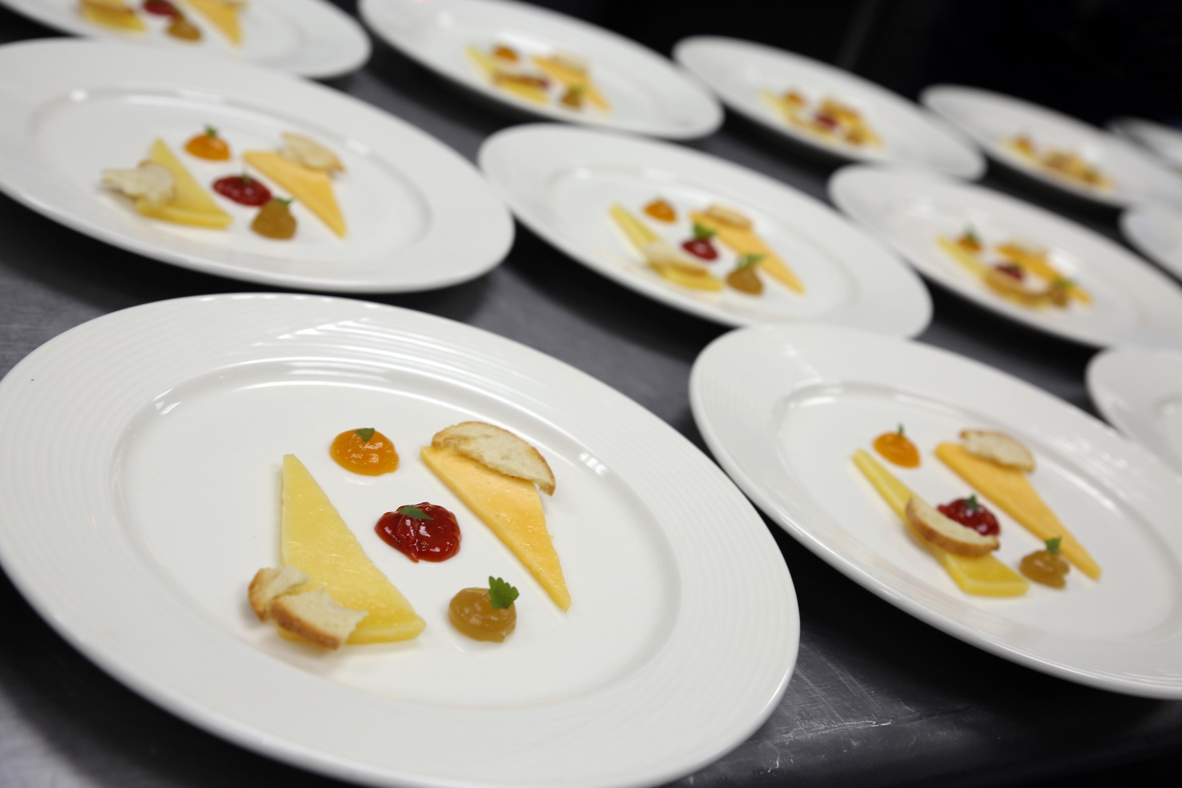 Dúo de queso puertorriqueño con jalea de tomate, con papaya y mango. Foto suministrada.