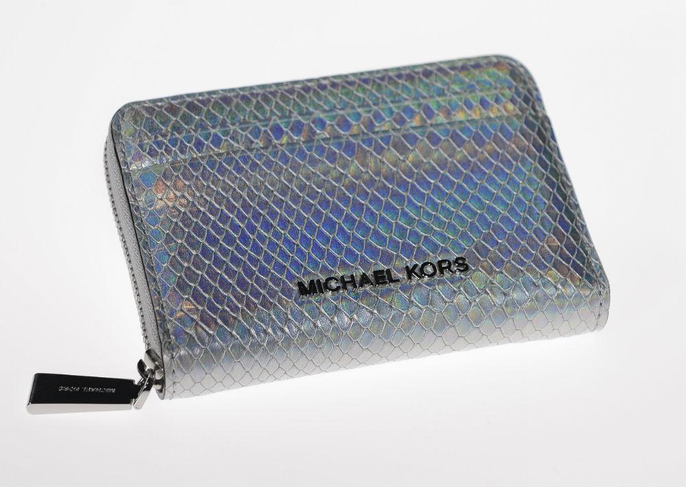 """Wallet"" color plata, Michael Kors, $98.00, de Macy's. (Foto: Gerald López-Cepero)"