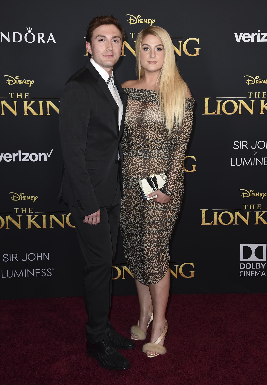 "En un ""print"" de leopardo, Meghan Trainor, asiste junto a Daryl Sabara a la alfombra roja del filme. (AP)"