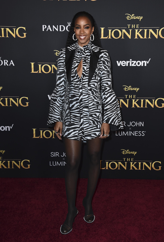 """La ex integrante de Destiny's Child, Kelly Rowland, vistió un traje de """"animal print"""" en honor a la ocasión. (AP)"""
