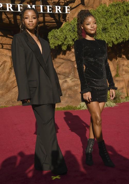 """Chloe Bailey (izquierda), y la nueva actriz de la nueva versión de """"Ariel"""", Halle Bailey (Derecha), llegan al estreno del éxito de Disney. (AP)"""