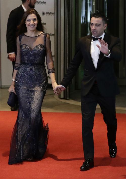 El jugador del Barcelona Xavier Hernández junto a su esposa Nuria Cunillera. (AP Photo/Victor R. Caivano)