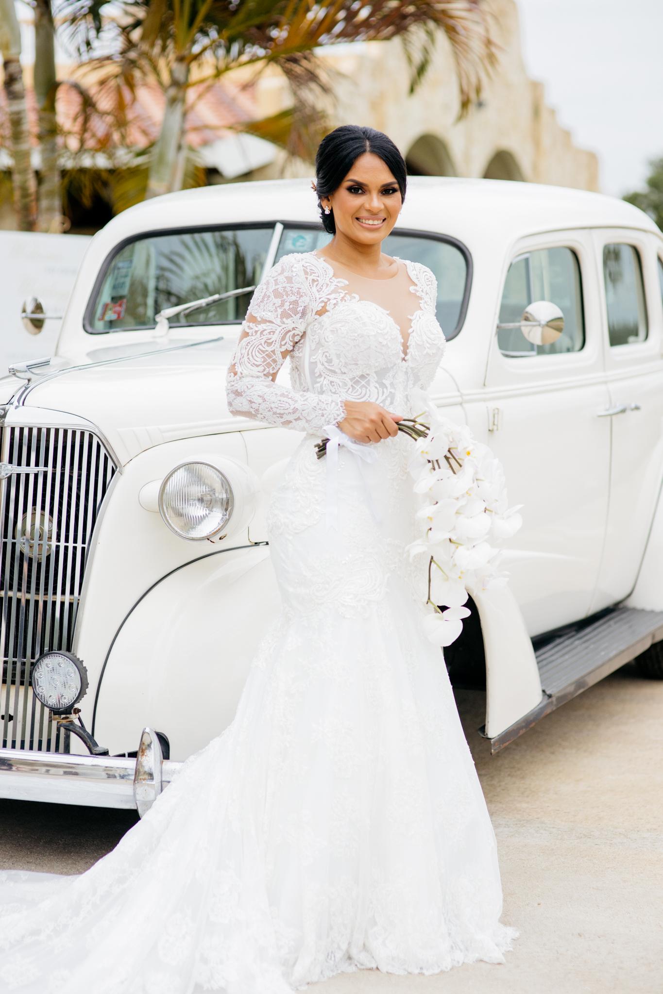 Vestido de la novia: D'Royal Bride, tocado y accesorios de Eva Guadalupe. Arreglo personal: Javier Moreno. Atuendo del novio: Leonardo Fifth Avenue (Maydeline Ines Photography)