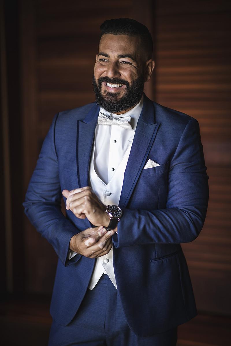 El novio seleccionó un traje de corte moderno en azul, en Galería de Novios y un corte de cabello por el barbero Joshua Sánchez  Fotografía Wedding Mafia.