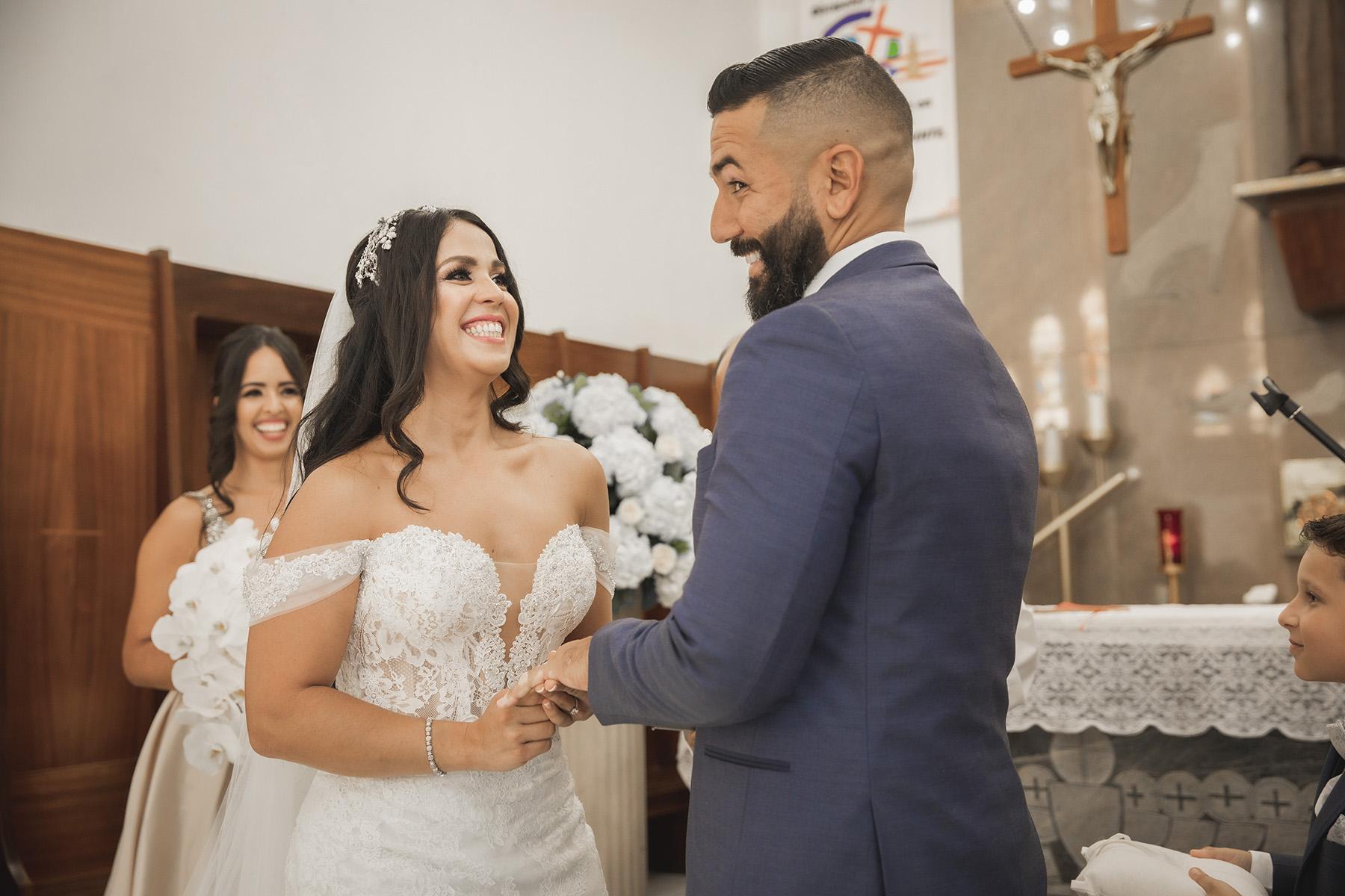 Un momento jocoso durante la ceremonia en la Parroquia San Francisco de Asís, Aguada. Fotografía Wedding Mafia.