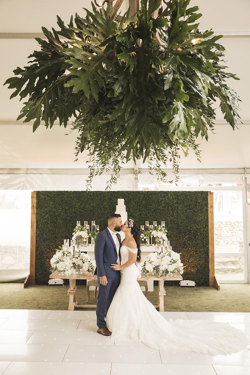 La hermosa decoración con aire rústico pero elegante, fue de Luciano Designers y la iluminación de Revolution Sound & DJ's. Fotografía Wedding Mafia.