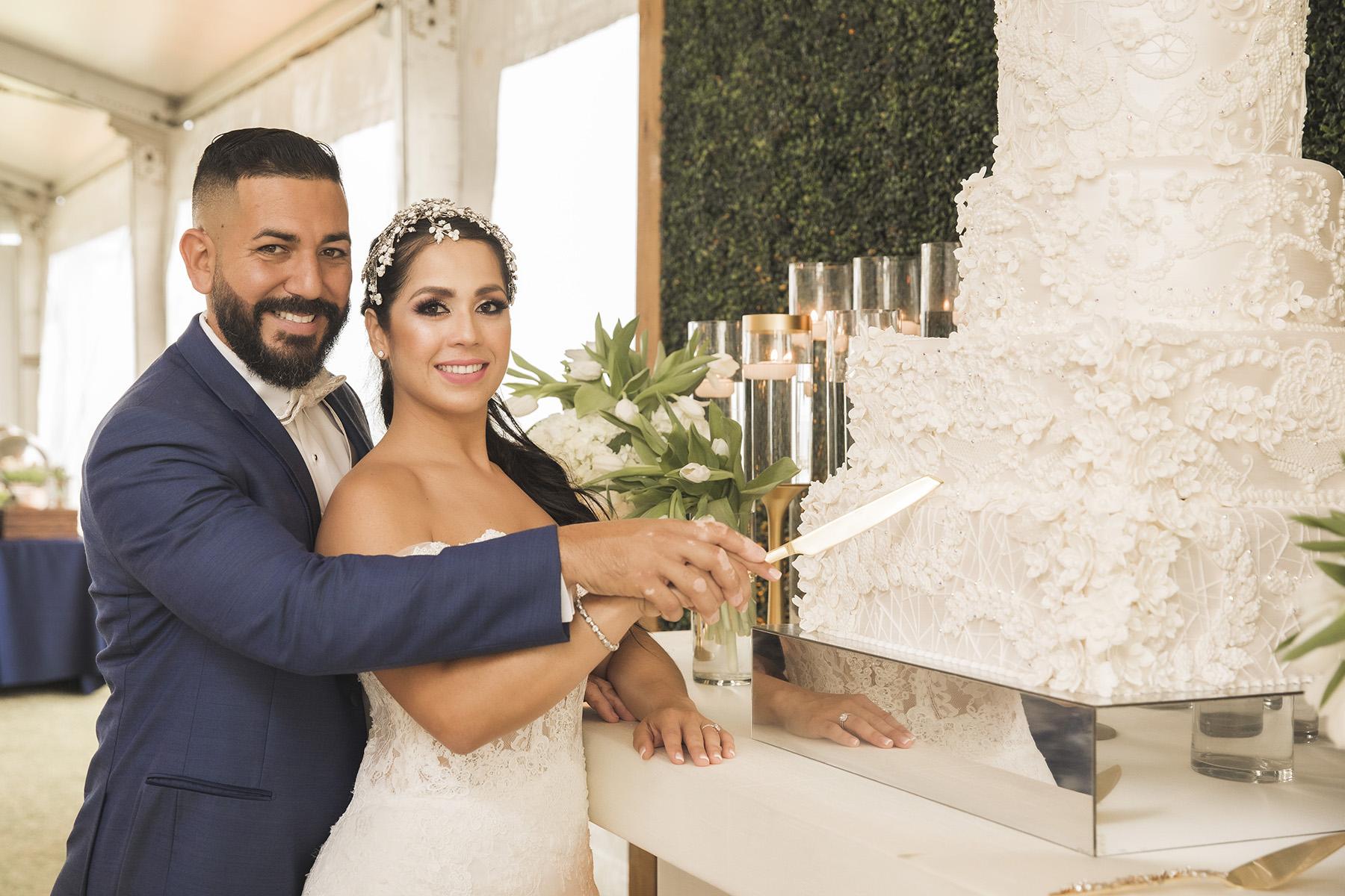 El bizcocho fue de C+M Cake Designers. También sirvieron piraguas de Piragua Premia'. Chef Jota by Jeremie Cruz, se encargó del banquete de recepción. Fotografía Wedding Mafia.