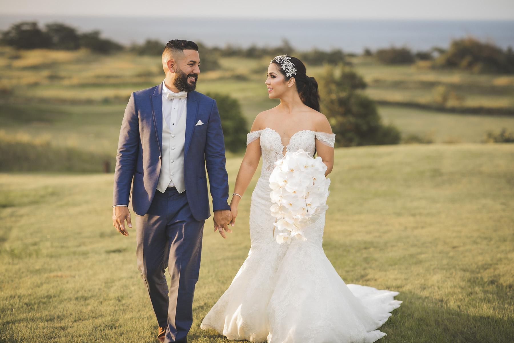 La pareja con el paisaje de Royal Isabela como telón de fondo.Fotografía Wedding Mafia.