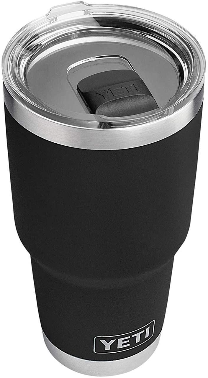 Yeti Rambler - Hecho en acero inoxidable, aislado al vacío con tapa magnética este vaso permite que la bebida mantenga la temperatura deseada. Disponible en Amazon. (Suministrada)
