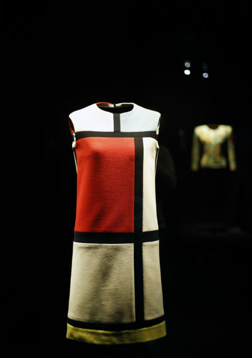 En el 1965 le dio un toque de arte a sus piezas al hacer el vestido llamado Mondrian, uno de los más icónicos de Saint Laurent. (Foto: AP)
